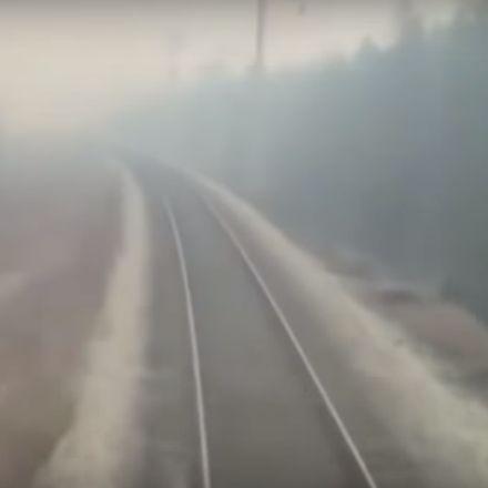 Trein in Rusland rijdt door bosbrand heen (wait for it)