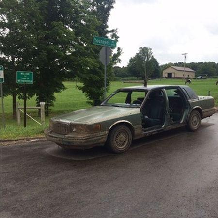 Auto zonder portieren met een bijl in het dak