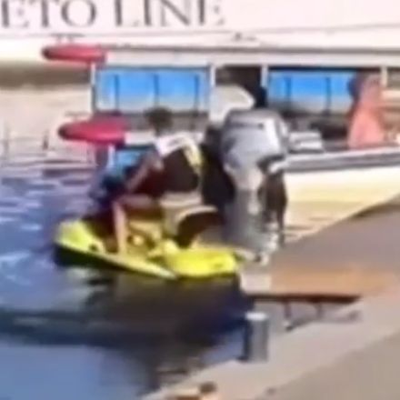Waterscooter ontploft, man vliegt de lucht in
