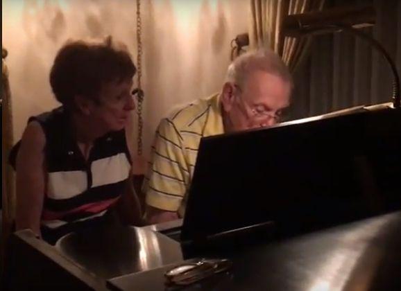 Opa en Oma achter de piano
