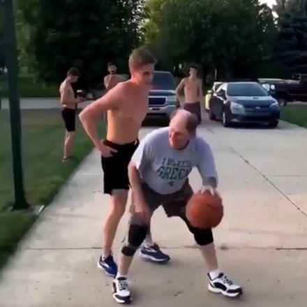 Basketbal, zoon vs vader, vader weet nog een strakke move