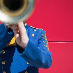 Man is trompet aan het spelen, in z'n auto, op de snelweg, met 110 kilometer per uur