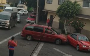 Vrouw gaat los op auto na botsing