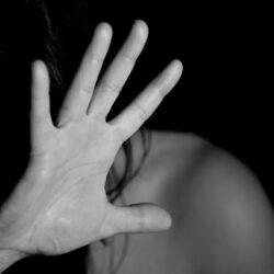 Vrouw slaat zichzelf om echtgenoot valselijk te kunnen beschuldigen ?
