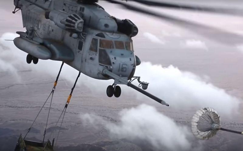 Grote helikopter, hangt een Hummer onder, gaat bijtanken in de lucht