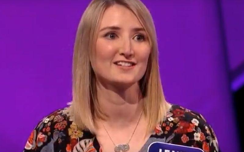 Vrouw reciteert het Wales Alfabet en klinkt als een Klingon die verkouden is