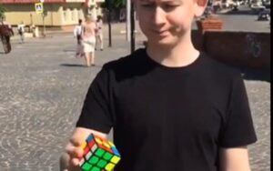 Beetje zwaaien en klaar is de Rubik's Cube