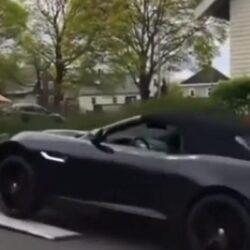 Dure auto rijdt van autovrachtwagen af; niet goed voor loopbaan