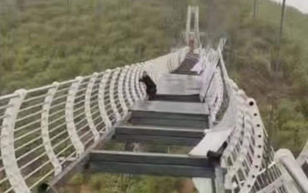 Toerist staat doodsangsten uit, glazen brug kapot