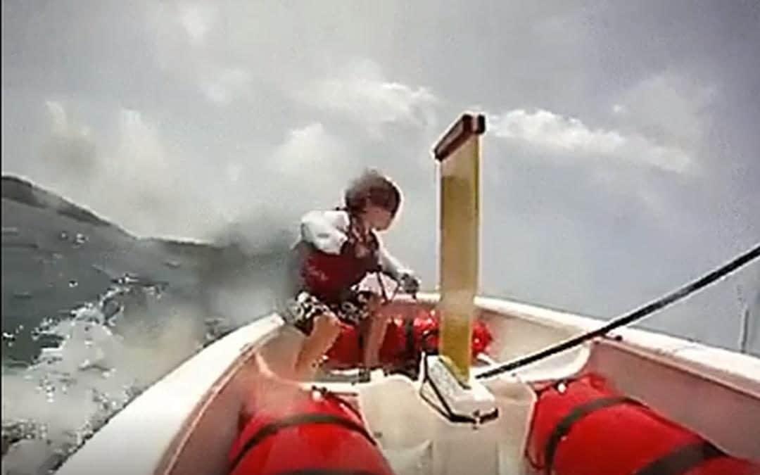 Jong ventje is goed met een omgeslagen zeilbootje