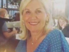 73-jarige moeder van Engelse tv-persoonlijkheid ziet er jong uit