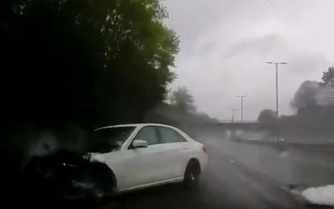 Vrouw parkeert Mercedes tegen vangrail aan