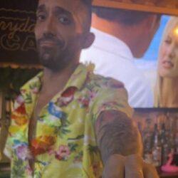 Barman redt twee vrouwen van creep die ze wil versieren