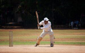 Cricketspeler slaat bal door voorruit eigen auto