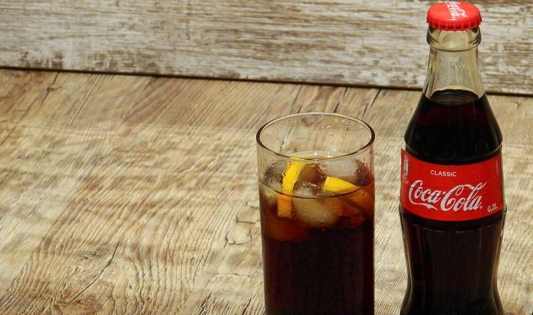 Ronaldo zet colaflesjes weg, kost Coca-Cola 4 miljard dollar