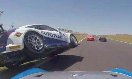 Porsche van 250k, bestuurd door 17-jarige coureur, over de kop