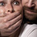 Vrouw ontvoert door drievoudige moordenaar, ze weet hem om te praten