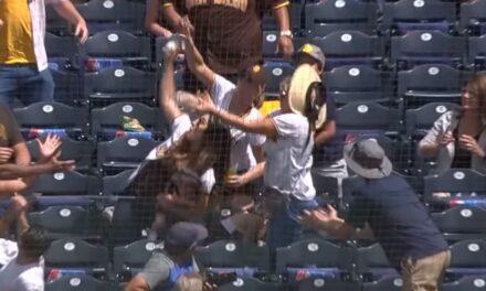 Stadion uit z'n dak, moeder met baby op arm vangt honkbal