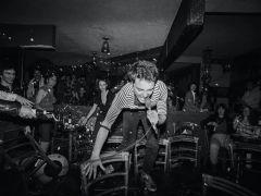 Prachtige zwart-wit foto's, punkbands in een Chinees restaurant