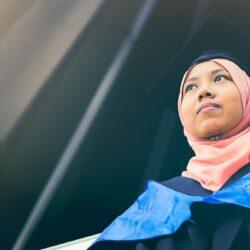 """Vrouwelijke Professor uit Maleisië: """"vrouwen moeten dom doen om echtgenoot te verschalken"""""""
