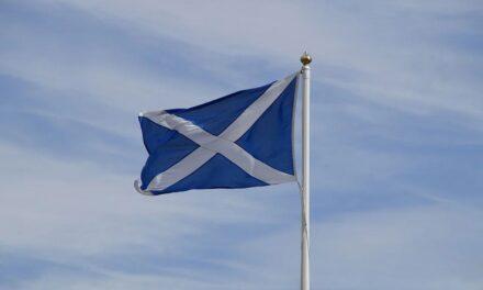 Schotse voetbalfan fotografeert straatnaamborden met namen spelers Schots elftal